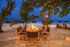 Constance Moofushi dining on the beach